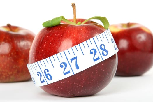 3 apples and a measurement tape